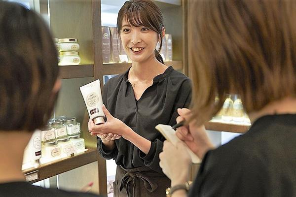SABON 表参道本店美容部員・BA(店長候補)正社員の求人のスタッフ写真4