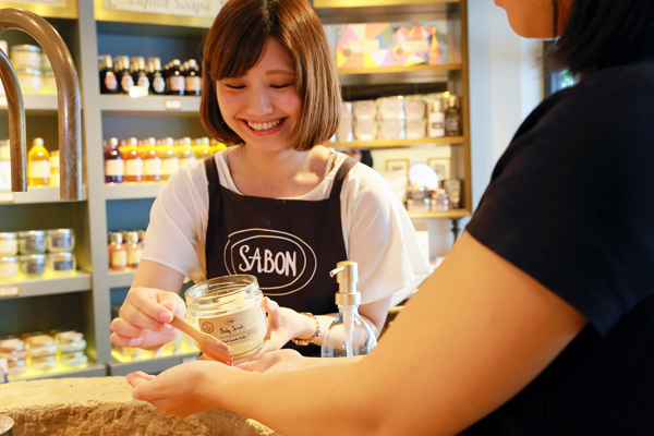 SABON GINZA SIX店美容部員・化粧品販売員(バス&ボディケアの販売)正社員,アルバイト・パートの求人のスタッフ写真2