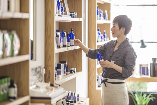 NEAL'S YARD REMEDIES 東京エリアの各店舗美容部員・化粧品販売員(店長候補・ショップスタッフ)正社員,契約社員の求人のスタッフ写真2