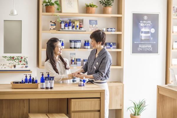 NEAL'S YARD REMEDIES 東京エリアの各店舗美容部員・化粧品販売員(店長候補・ショップスタッフ)正社員,契約社員の求人のスタッフ写真1