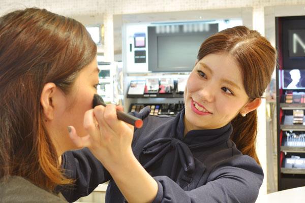 イセタン ミラー メイク&コスメティクス ルミネ新宿店 ルミネ2店美容部員・化粧品販売員(ビューティーカウンセラー)契約社員の求人の写真