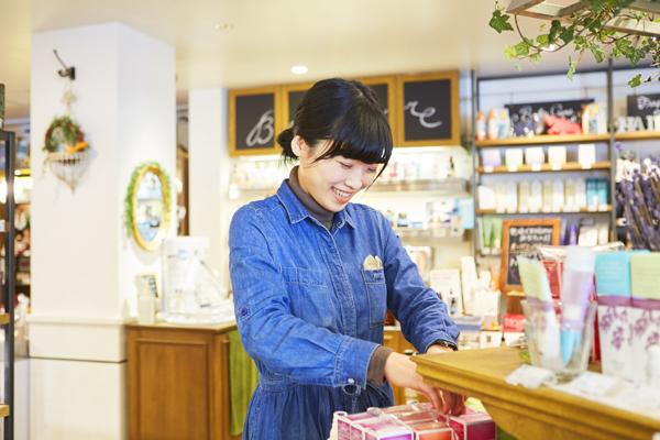 Cosme Kitchen 代官山店美容部員・化粧品販売員(コスメアドバイザー・メイクアップ専属スタッフ・店長候補)正社員/契約社員/アルバイト・パートの求人のスタッフ写真1