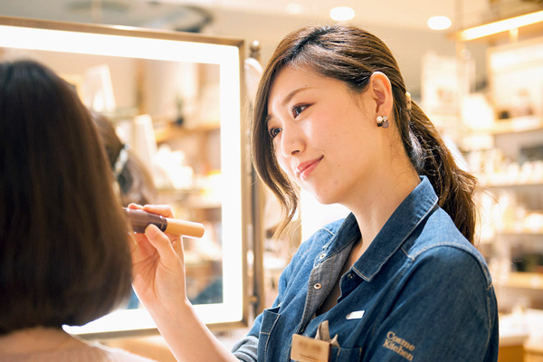 MAKEUP KITCHEN(メイクアップキッチン) ルミネ新宿2店美容部員・化粧品販売員(コスメアドバイザー・メイクアップ専属スタッフ)正社員,契約社員,アルバイト・パートの求人のスタッフ写真1