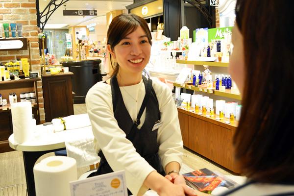 フルーツギャザリング アミュプラザおおいた店美容部員・化粧品販売員(『フルーツギャザリング』販売スタッフ)契約社員の求人のスタッフ写真1