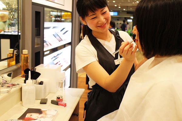 フルーツギャザリング 東京駅 グランスタ店美容部員・化粧品販売員(販売スタッフ)契約社員,アルバイト・パートの求人のスタッフ写真1