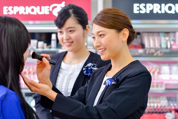 コーセー 東京都内ショッピングモール美容部員・化粧品販売員(GMS・ドラッグストア 美容スタッフ)契約社員の求人のスタッフ写真1