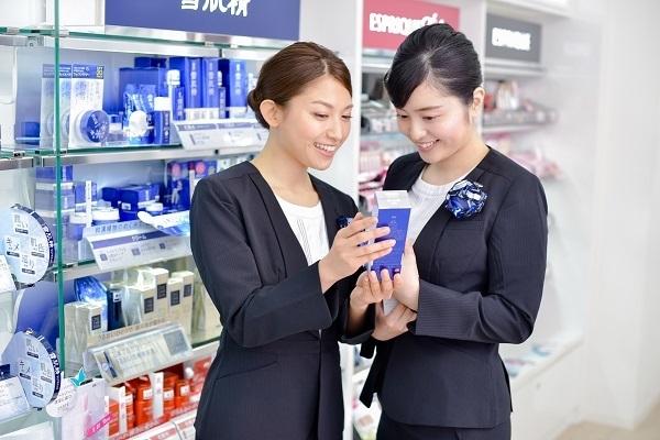 コーセー 東京都内ショッピングモール美容部員・化粧品販売員(大型スーパー・ドラッグストア 美容スタッフ)契約社員の求人のスタッフ写真2